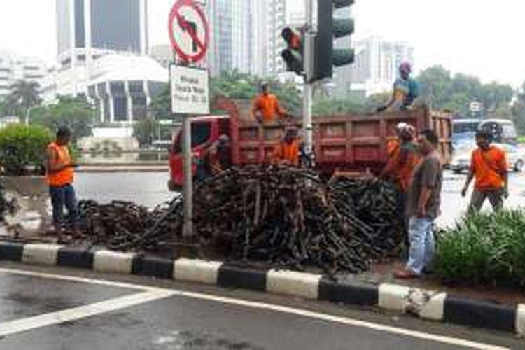 Gulungan kulit kabel dari selokan Jalan Medan Merdeka Selatan.