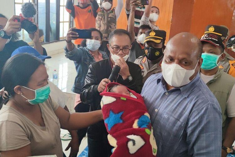 Kapolda Papua, Irjen Mathius D Fakhiri tengah menggendong seorang bayi yang lahir di pengungsian di Distrik Elelim, Yalimo, pada 30 Juni 2021. Bayi tersebut diberi nama Martha, sesuai nama ibunda dari Kapolda, Jayawijaya, Papua, Selasa (6/7/2021)