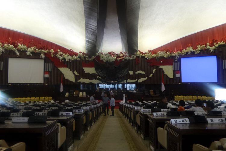 Dekorasi bernuansa merah-putih mendominasi ruang sidang Gedung Nusantara, Kompleks Parlemen, Senayan, Jakarta, Senin (14/8/2017) jelang sidang Tahunan MPR, Rabu (16/7/2017).