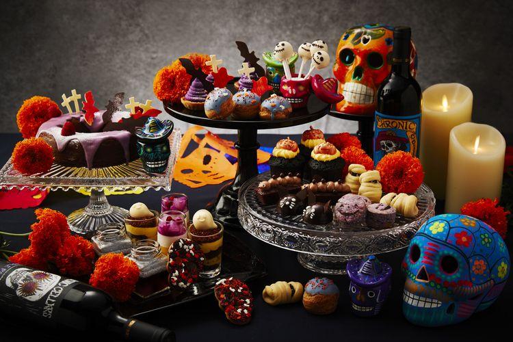 Aneka kue manis di makan malam perayaan Halloween Sheraton Grand Jakarta Gandaria City Hotel.