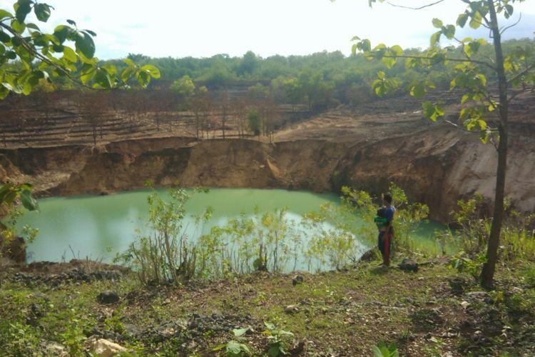 Tanah ambles di Dusun Serpeng Wetan, Desa Pacarejo, Semanu, Gunungkidul, membentuk sebuah danau berair jernih.