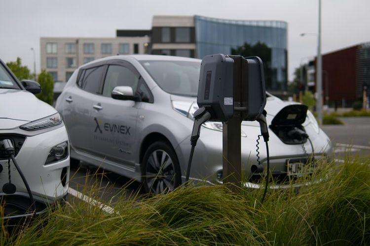 Ilustrasi mobil listrik tengah diisi ulang dayanya.