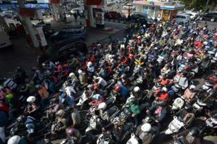 Warga antre membeli bahan bakar premium di SPBU Perempatan Sagan, Yogyakarta, Selasa (26/8/2014). Antrean panjang terjadi di sebagian besar SPBU di wilayah DI Yogyakarta akibat kelangkaan dan penerapan kebijakan pengendalian bahan bakar minyak (BBM) bersubsidi.