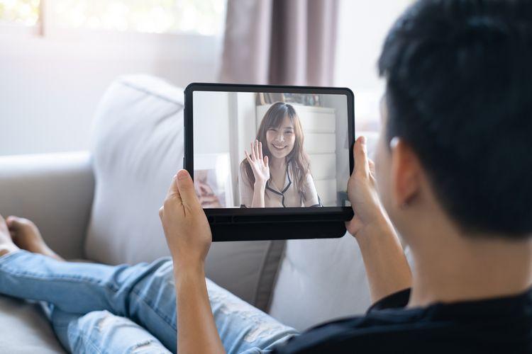 Saling memberi kabar dengan pasangan adalah praktik penting dalam hubungan yang sehat.