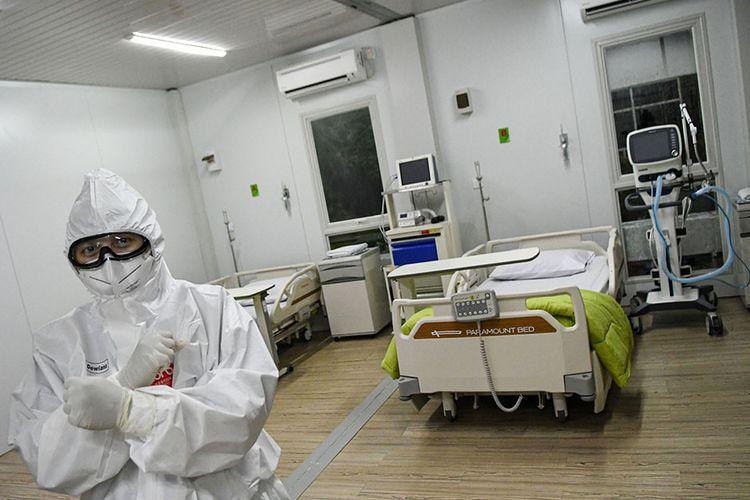 Seorang dokter berdiri di dalam salah satu ruang modular di Rumah Sakit Pertamina Jaya, Cempaka Putih, Jakarta, Senin (6/4/2020). Rumah Sakit darurat COVID-19 tersebut berkapasitas sebanyak 160 tempat tidur dalam ruangan dan 65 kamar isolasi bertekanan negatif untuk merawat pasien positif COVID-19 sesuai standar yang ditetapkan oleh Organisasi Kesehatan Dunia atau WHO.