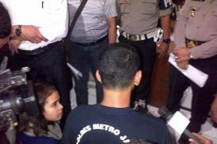 AH alias Edo, tersangka pembunuhan Feby Lorita, perempuan yang jenazahnya ditemukan di depan TPU Pondok Kelapa, Jakarta Timur, dibawa ke Mapolres Jakarta Timur. Edo ditangkap di Pematang Siantar, Sumatera Utara, Minggu (2/2/2014).