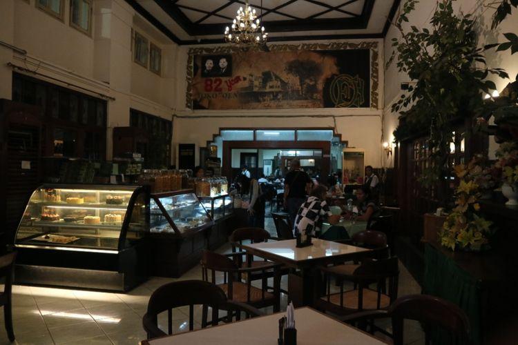 Suasana Toko Oen, yang bangunannya diduga telah ada sejak 1890an, di Semarang, Kamis (19/7/2018).