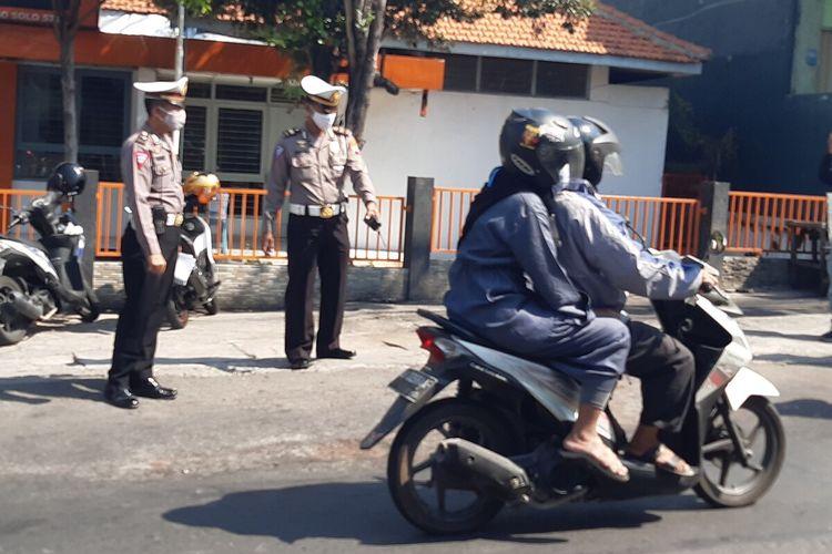 Polisi melakukan olah tempat kejadian perkara kasus tewasnya pengendara motor setelah lehernya tersayat benang layangan di Jalan Tangkuban Perahu tepatnya di depan Kantor Pos Mojosongo, Solo, Jateng, Jumat (12/6/2020).