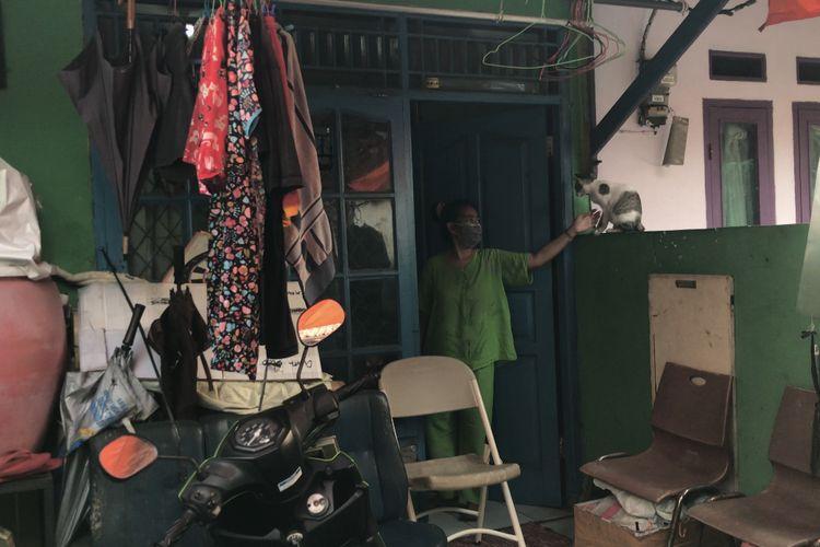 Marlina Ronita (48) di rumahnya di Jalan M. Jani RT 06 RW 03 Petukangan Utara, Pesanggrahan, Jakarta Selatan pada Rabu (17/3/2021) sore. Ia mengalami penyerangan gara-gara dituduh kucing peliharaan Buang Air Besar (BAB) di rumah tetangganya.