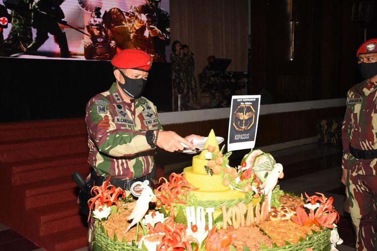 Danjen Kopassus, Mayjen TNI I Nyoman Cantiasa tengah memotong tumpeng pada perayaan ke-68 Kopassus di Balai Komando, Makopassus, Cijantung Jakarta Timur, Kamis (16/4/2020).
