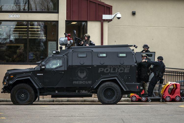 Tim SWAT mendatangi lokasi penembakan di area parkir toko kelontong King Sooper's, di kota Boulder, negara bagian Colorado, Amerika Serikat (AS), Senin (22/3/2021). Sebanyak 10 orang termasuk polisi tewas dalam penembakan ini.