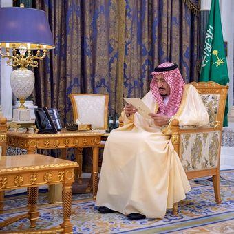 Raja Saudi, Salman bin Abdelaziz sedang membaca dokumen di Istana, Riyadh, Arab Saudi. 8 Maret 2020.