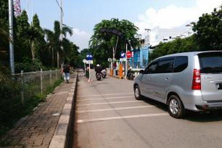 Pintu masuk Kawasan Industri Pulogadung di Jakarta Timur dari Jalan PAM Rawa Badung beroperasi normal setelah sempat ditutup. Selasa (5/1/2016)