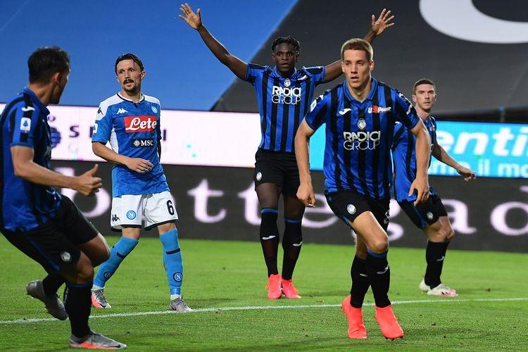 Penyerang Atalanta Duvan Zapata (belakang tengah) berselebrasi setelah rekannya Mario Pasalic (kanan) mencetak gol dalam laga Serie A Liga Italia Atalanta vs Napoli pada 2 Juli 2020 di Stadion Atleti Azzurri dItalia.