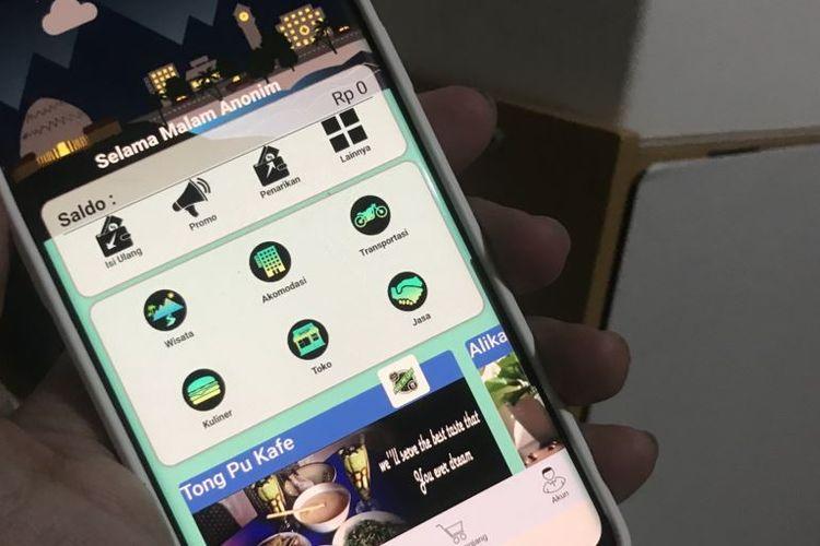 Aplikasi Android Bajalan menggabungkan fitur wisata dan e-commerce. (VOA/Rio Tuasikal)