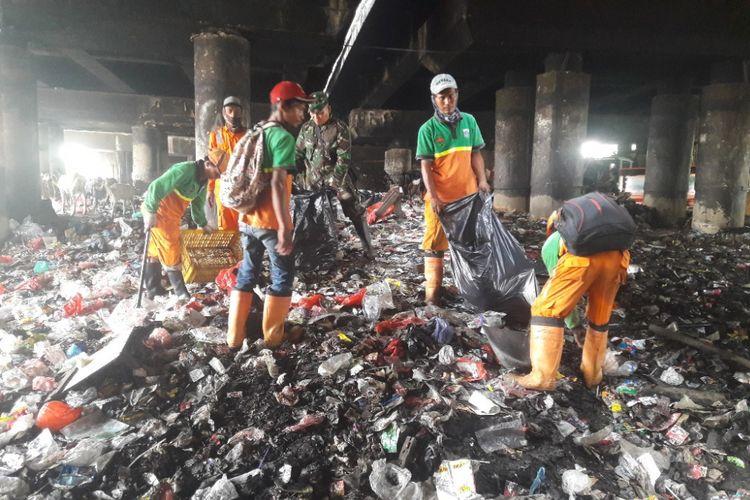 Proses pembersihan sampah di kolong Tol Pelabuhan, Tanjung Priok, Jakarta Utara, Jumat (20/4/2018).