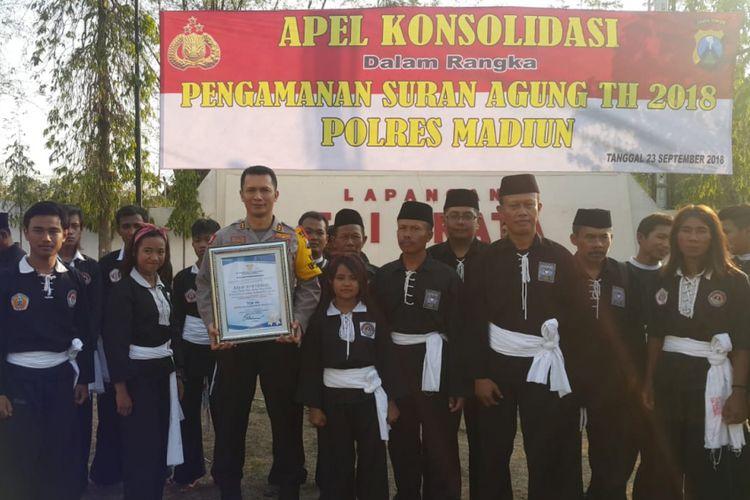 Kapolres Madiun, AKBP I Made Agus Prasatya bersama para pendekar menunjukkan piagam penghargaan Top 99 Pelayanan Publik dari Kemenpan-RB lantaran berhasil mengatasi konflik pesilat di Madiun.