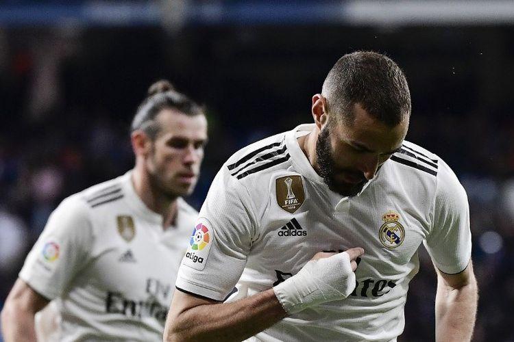 Pemain depan Real Madrid asal Prancis, Karim Benzema, merayakan setelah mencetak gol ketiga timnya selama pertandingan sepak bola Liga Spanyol antara Real Madrid CF dan SD Huesca di stadion Santiago Bernabeu