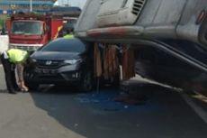 Detik-detik Bus Berpenumpang 30 Orang Terguling Timpa Honda Jazz di Tol Krapyak Semarang
