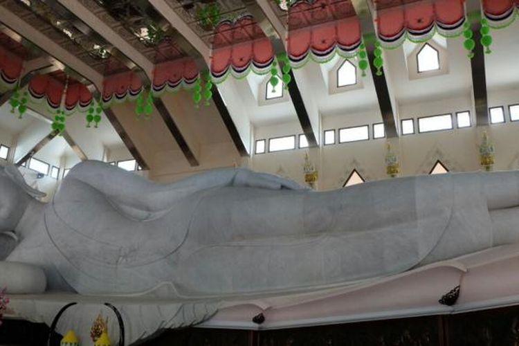 Wihara Wat Pa Phu Kon, Thailand, terbilang istimewa karena adanya patung Buddha yang terbuat dari bahan marmer putih.