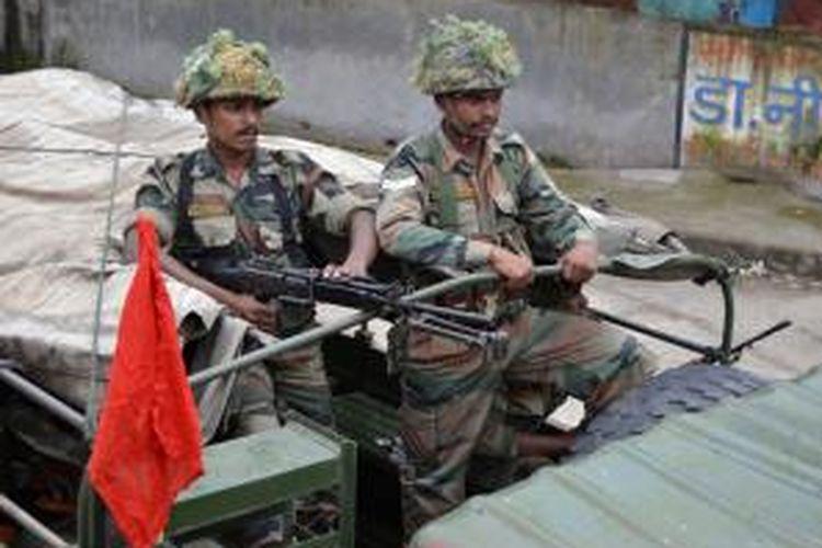 Pasukan India bersenjata lengkap berjaga di kawasan Muzaffarnagar, Uttar Pradesh lokasi terjadinya bentrokan warga Hindu dan Muslim yang mengakibatkan 28 orang tewas.