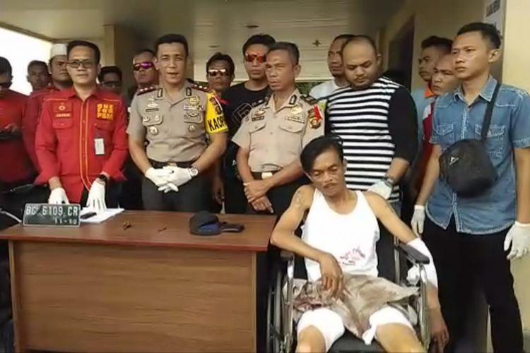 Kapolres Prabumulih AKBP Tito Hutauruk member keterangan kepada wartawan terkait penangkapan tersangka Satra yang merupakan bandit spesialis melakukan pencurian sepeda motor di masjid saat warga sedang melaksanakan sholat jumat.