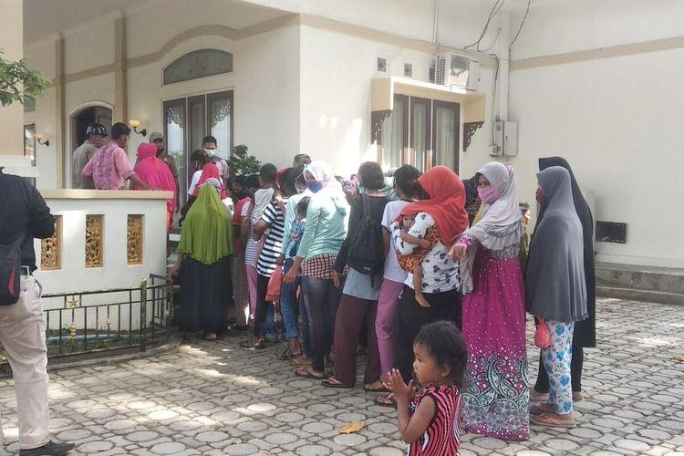 Hampir setiap hari sekitar pukul 08.00 WIB, puluhan warga yang rata- rata kaum ibu- ibu terlihat sudah mendatangi rumah dinas Bupati Karimun dan antri untuk meminta bantuan.