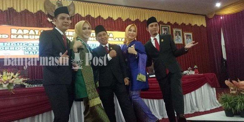 Lima bersaudara dari partai berbeda yang menduduki kursi DPRD HSS periode 2019-2024 berfoto bersama usai pengambilan sumpah jabatan, Senin (12/8/2019) di DPRD HSS.