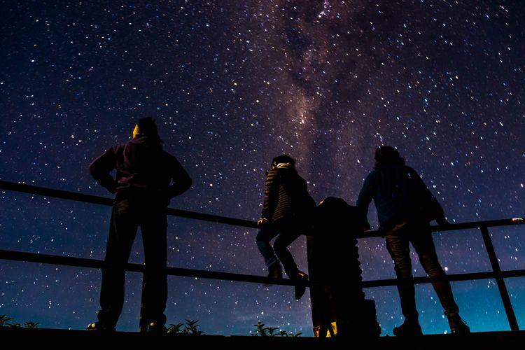 Saat cuaca cerah dan tak ada polusi cahaya, Milky Way atau Galaksi Bima Sakti bisa terlihat di langit dan difoto menggunakan kamera.