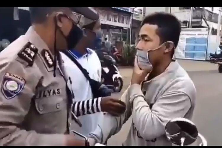 Anggota Polres Bogor menangkap seorang pemuda yang terlibat adu jotos dengan petugas di lokasi check point PSBB di Rawa Bebek, Kecamatan Jonggol, Kabupaten Bogor, Jawa Barat, Sabtu (9//5/2020).