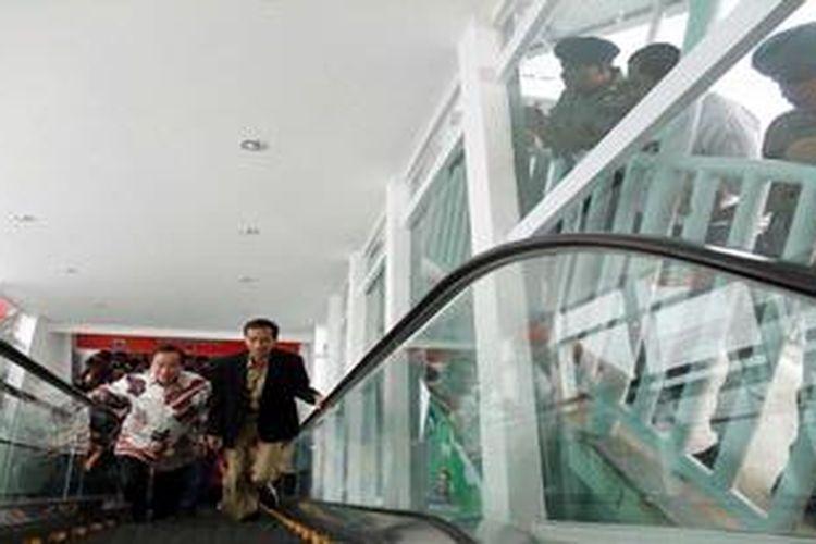 Gubernur DKI Jakarta Joko Widodo (kanan) ditemani Direktur The Capitol Jakarta, Jimmy Wijaya (kiri) meresmikan tangga berjalan di Jembatan Penyebrangan Orang (JPO) Halte Busway St Carolus, Salemba, Jakarta, Rabu (6/3/2013).  Tangga berjalan (eskalator) yang merupakan pertama kalinya terintegrasi dengan JPO TransJakarta itu adalah  sumbangan dari Corporate Social Responsibility (CSR) dari The Capitol Group.