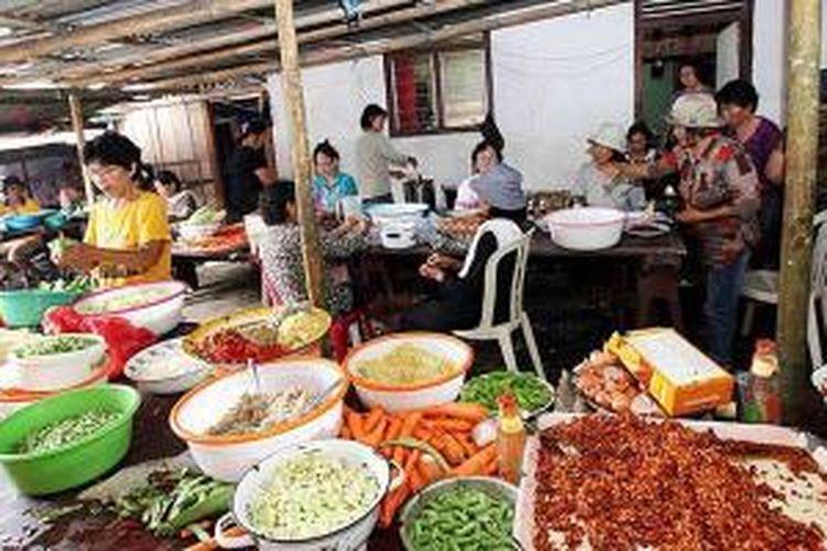 Para ibu-ibu menyiapkan bumbu masakan untuk pesta perkawinan di Desa Kayu Uwi, Kawangkoan Barat, Minahasa.