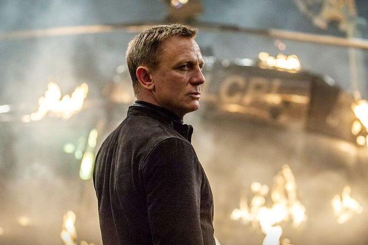 Daniel Craig berperan sebagai agen 007 James Bond.