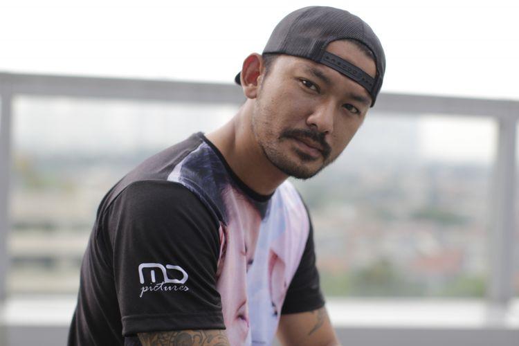Rio Dewanto menjalani pemotretan setelah diwawancara untuk promosi film Hanum & Rangga di Menara Kompas Gramedia, Jalan Palmerah Selatan, Jakarta, Rabu (24/10/2018).