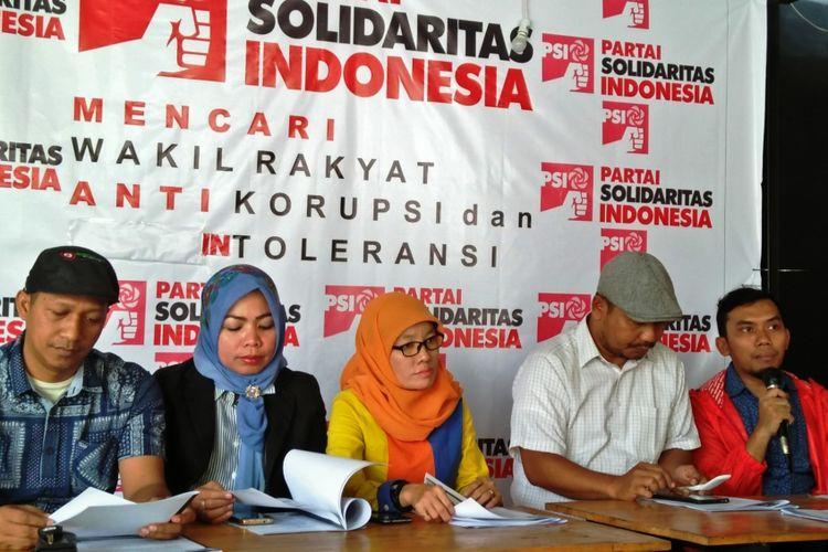 Ketua DPW PSI Sumut Fuad Perdana Ginting (paling kanan) bersama tim seleksi yang akan menjaring bakal calon legislatif dari eksternal partai, Selasa (20/2/2018).