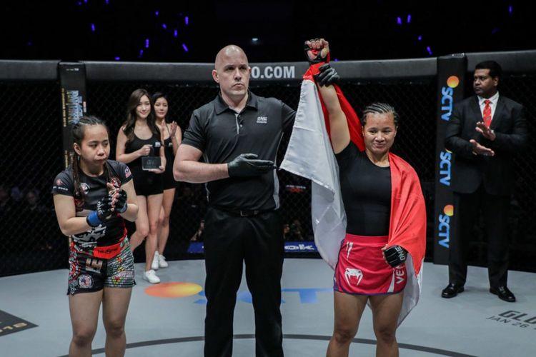 Petarung wanita ONE Championship asal Indonesia, Priscilla Hertati Lumban Gaol (kanan).