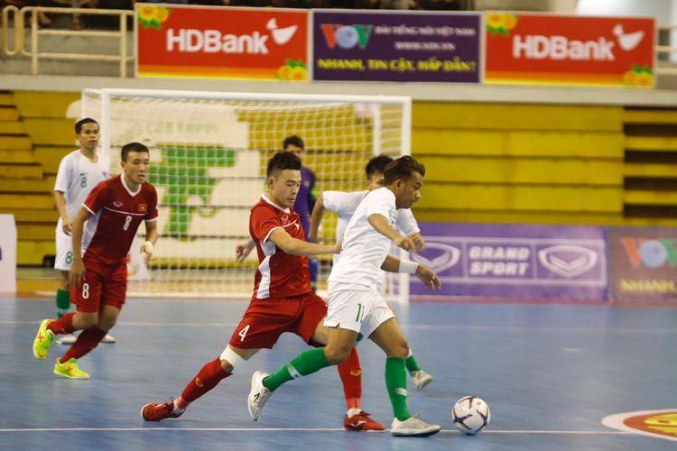 Pemain timnas futsal Indonesia, Ardiansyah Runtuboy mencoba melewati pemain Vietnam dalam laga Indonesia vs Vietnam di ajang AFF Futsal Championship 2019, Selasa (22/10/2019).