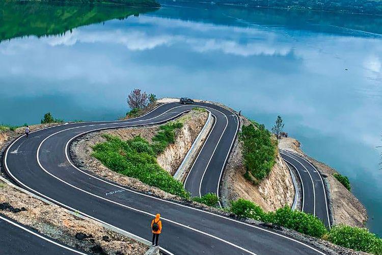 Pemandangan jalur berliku dk Bukit Sibea-bea yang merupakan kawasan wisata religi Patung Yesus Kristus, Kabupaten Samosir, Sumatera Utara.