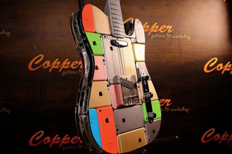 Wujud iCaster, gitar listrik yang terbuat dari 106 iPhone