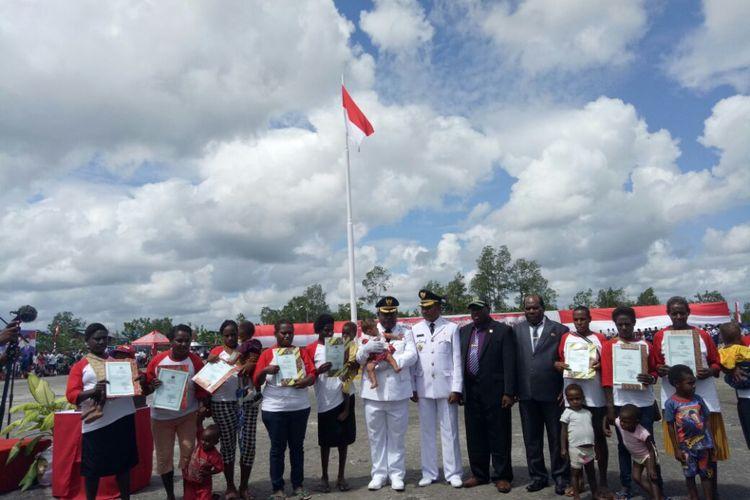 Foto bersama usai pemberian akta kelahiran secara simbolis di Papua, JUmat (17/8/2018)
