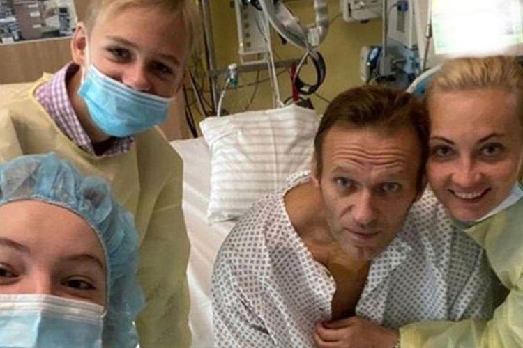 Pemimpin oposisi Rusia Alexei Navalny bersama istrinya, Yulia Navalnaya, dan tim medis berpose di Rumah Sakit Charite, Berlin, jerman. Navalny dilaporkan berniat kembali ke Rusia setelah pada 20 Agustus lalu, dia diduga diracun dengan racun saraf Novichok.