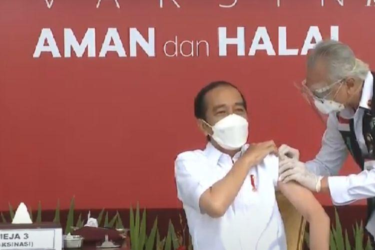 Presiden Joko Widodo menjalani proses vaksinasi Covid-19, Rabu (13/1/2021) di Istana Merdeka, Jakarta. Penyuntikan dilakukan oleh dokter kepresidenan.