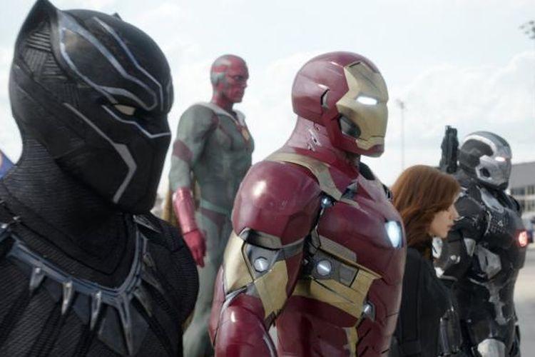 Black Panther (paling kiri) tampil perdana dalam film Captain America: Civil War pada 2016 lalu.