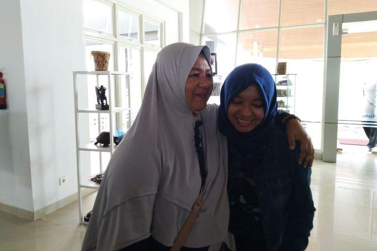Rusdiana memeluk anaknya Rizka Nurazizah di ruang VIP Bandara APT Pranoto, Samarinda, Minggu (16/2/2020).