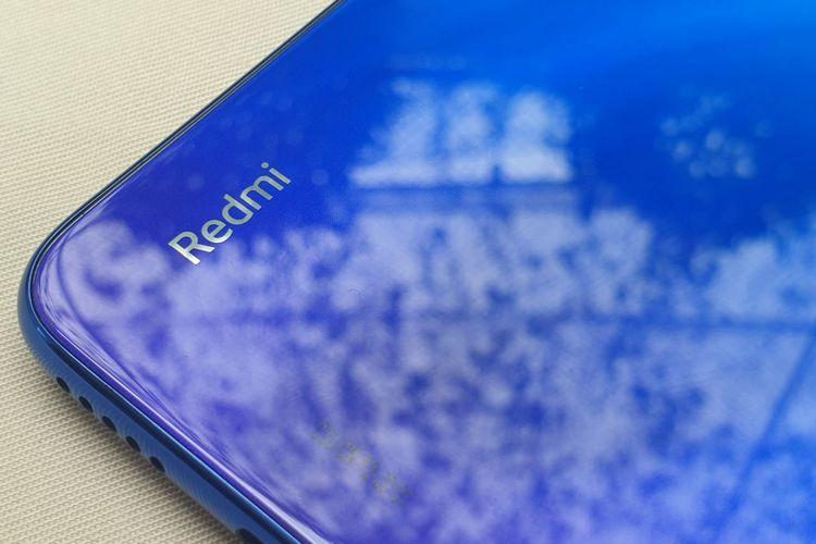 Logo Redmi di punggung Redmi Note 8.