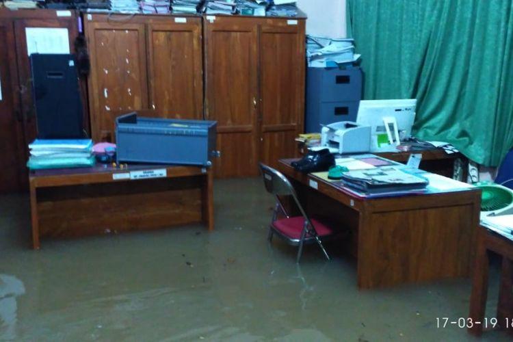 Hujan deras merendam SMP N 1 Purwosari Gunungkidul Minggu (17/3/2019) malam