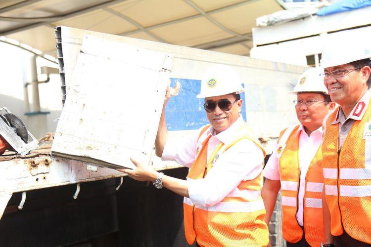 Menteri Perhubungan Budi Karya Sumadi memeriksa angkutan barang. Pemerintah tengah menyiapkan sistem berbasis teknologi di jembatan timbang untuk mengawasi angkutan barang yang kelebihan muatan.
