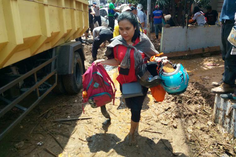 Tampak warga Komplek Pasir Jatiendah, Dusun Pasir Jati, Desa Jatiendah, Kecamatan Cilengkrang, Kabupaten Bandung tengah mengevakuasi diri ke tempat yang lebih aman pasca banjir bandang akibat jebolnya penahan sungai Cinambo Bandung.