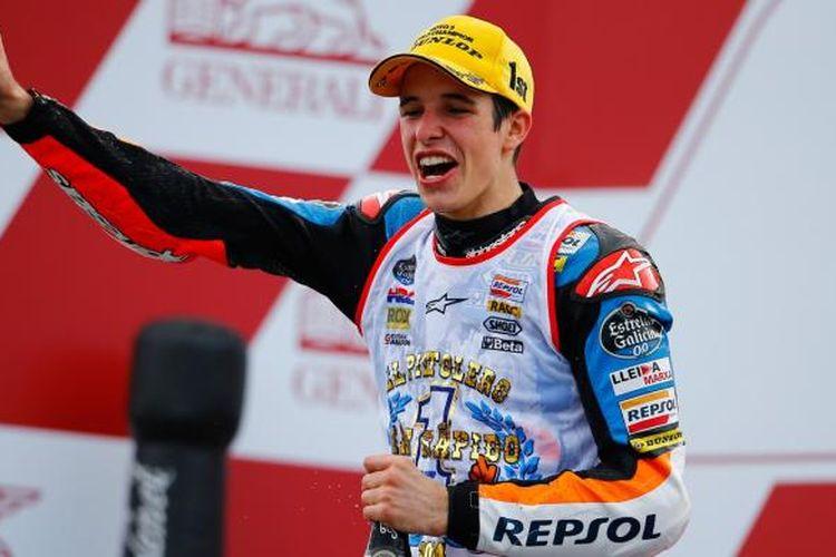 Pebalap Spanyol, Alex Marquez, merayakan keberhasilan menjadi juara dunia Moto3 2014, setelah menyelesaikan GP Valencia, Minggu (9/11/2015).
