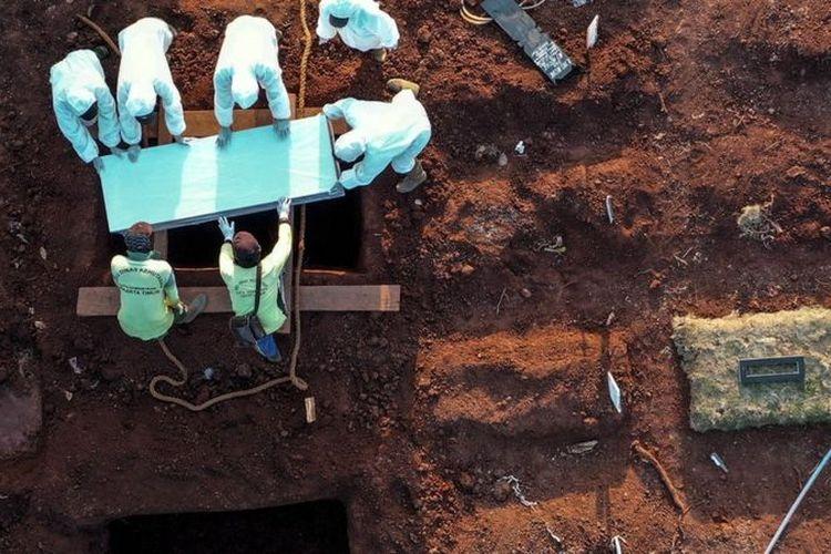 Petugas memakamkan jenazah COVID-19, di TPU Pondok Ranggon, Jakarta, Selasa (8/9/2020).